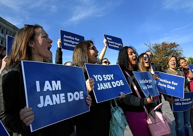 Dos inmigrantes adolescentes, embarazadas y bajo custodia, le piden al juez que les permita el aborto