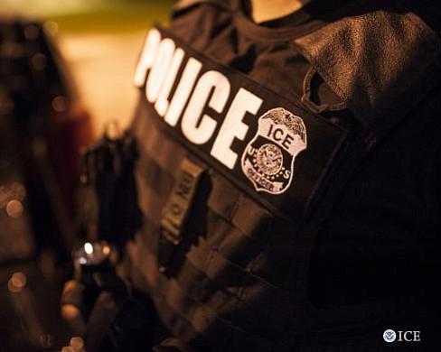 Un inmigrante de Honduras llamó al 911 para reportar un crimen. La policía se lo entregó a ICE esposado