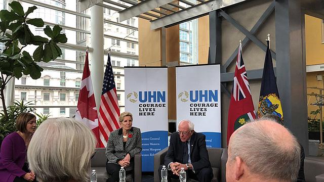 Bernie Sanders y primera ministra de Ontario, Kathleen Wynne, se reunieron con pacientes en el Toronto General Hospital.