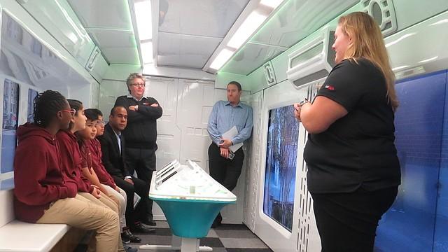 VIAJE. Cuatro estudiantes de Columbia Heights Educational Campus escuchan las explicaciones técnicas antes de simular el viaje a Marte en el Laboratorio de Exploración de Verizon Learning Center.