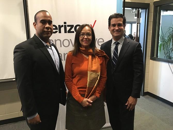 LÍDERES. El profesor Radames González, María Tukeva, Directora de Columbia Heights Educacional Campus y Mario Acosta-Vélez, Director de Verizon.