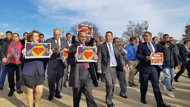 Un grupo de representantes demócratas marcharon desde el Capitolio hasta National Mall para reunirse con los dreamers