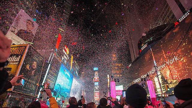 """NUEVA YORK. En Times Square encontrarán los números """"1"""" y """"8"""", de 2-0-1-8, con una medida de 7 pies de alto."""