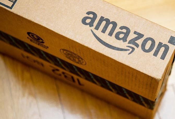 """Trump urge al servicio postal de EEUU a cobrar """"mucho más"""" a Amazon"""