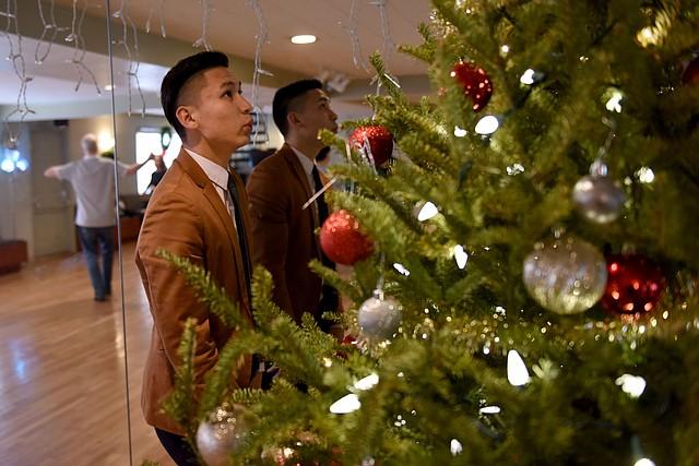 Galtsog Gantulga enciende las luces de Navidad en el estudio de danza Arthur Murray en Alexandria, Virginia, el 20 de diciembre.