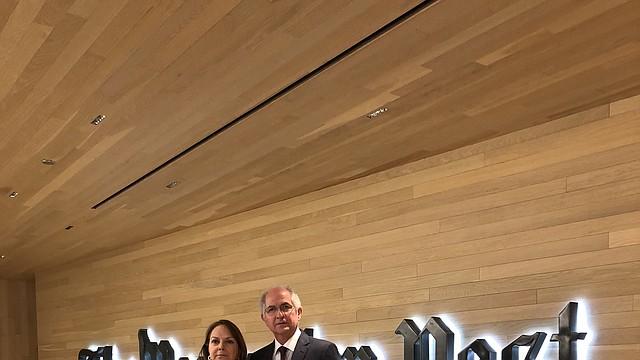 Mitzy Ledezma y su esposo Antonio Ledezma en la sede del Washington Post