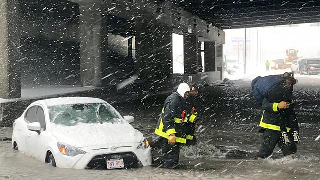 Los bomberos de Boston rescataron a un vehículo atrapado en las inundaciones en el Neponset Circle