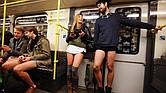 """""""No Pants Subway Ride"""" es una tradición iniciada por el colectivo de comedia ImprovEverywhere en Nueva York, que se ha extendido por todo el mundo."""