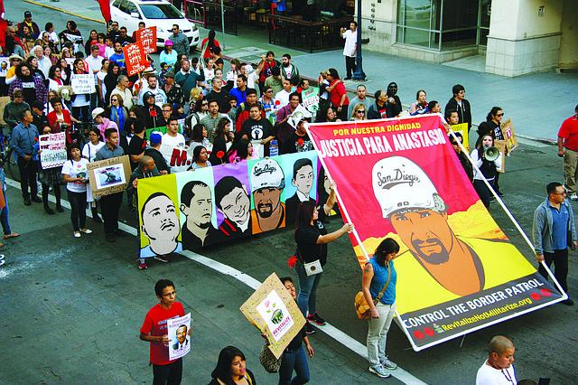 Otro aspecto de la manifestación del Parque Balboa al edificio Federal. Foto: Horacio Rentería/El Latino.