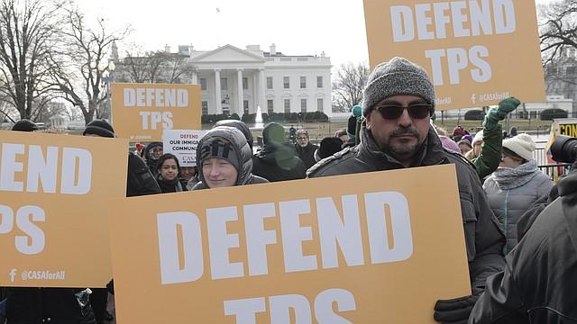 Activistas pro inmigración, líderes comunitarios e inmigrantes protestaron el lunes 8 de enero de 2018, frente a la Casa Blanca, en Washington, Estados Unidos, contra la cancelación del estatus de protección temporal (TPS) a los salvadoreños.