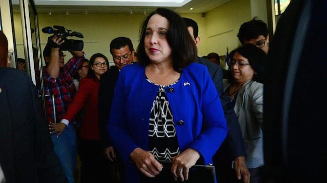"""Embajadora de EEUU en El Salvador  pide a salvadoreños con TPS """"usar bien estos 18 meses y buscar una alternativa"""""""