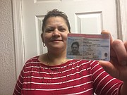 DOCUMENTO. Esmeralda Fuentes Villalobos muestra su tarjeta del TPS.
