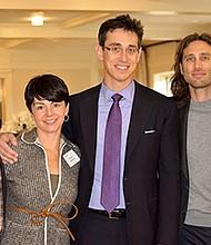 La familia Falchuck en un evento de campaña política de su hijo, Evan. De izquierda a derecha: Dr. Kenneth Falchuk; Felicia Falchuk (la esposa de Evan); Evan Falchuck; Brad Falchuk y Aimee Falchuk.