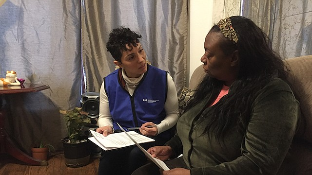 La doctora Kathy Tossas-Milligan (izq.), epidemióloga de la Universidad de Illinois en Chicago, entrevista a Yolanda Flowers como parte de un proyecto piloto para estudiar cómo reducir la mortalidad infantil en el vecindario Englewood de Chicago.