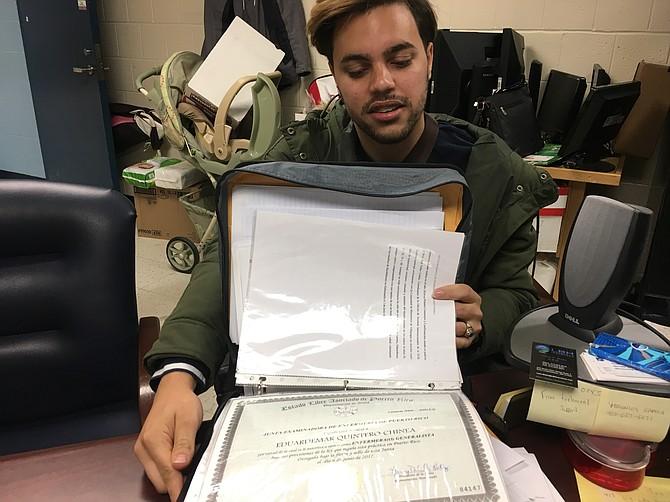 Eduarte Mar, de 25 años, lleva una carpeta azul con su documentación de certificación de enfermería de Puerto Rico, su licenciatura y documentación de empleo al Centro de Bienvenida de Springfield.
