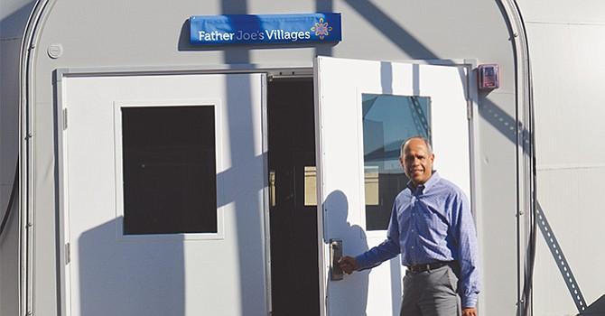 El Diácono Jim Vargas,Presidente de Father Joe's Village,  abre la puerta del nuevo albergue temporal. Foto: Horacio Rentería/El Latino San Diego.