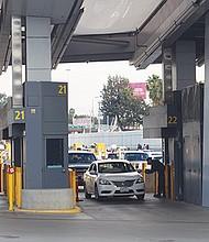 Las autoridades fronterizas tienen derecho a revisar y a confiscar celulares y otros móviles. Foto de Manuel Ocaño