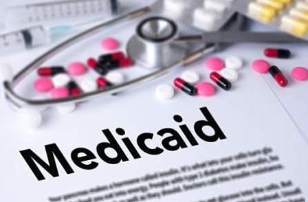 La administración Trump autoriza a pedir prueba de trabajo a beneficiarios del Medicaid