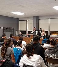 Panelistas conversan con miembros de la comunidad sobre el TPS en un foro comunitario en el City Hall de Everett
