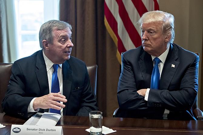 El presidente Donald Trump (derecha) escucha mientras el senador Dick Durbin, un demócrata de Illinois, habla durante una reunión con miembros bipartidistas del Congreso sobre inmigración en la sala del gabinete de la Casa Blanca en Washington el martes, 9 de enero de 2018.