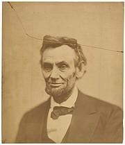 """LINCOLN. La impresión original que ha sido exhibida muy pocas veces de la fotografía de """"placa-rota"""" del Presidente Abraham Lincoln."""