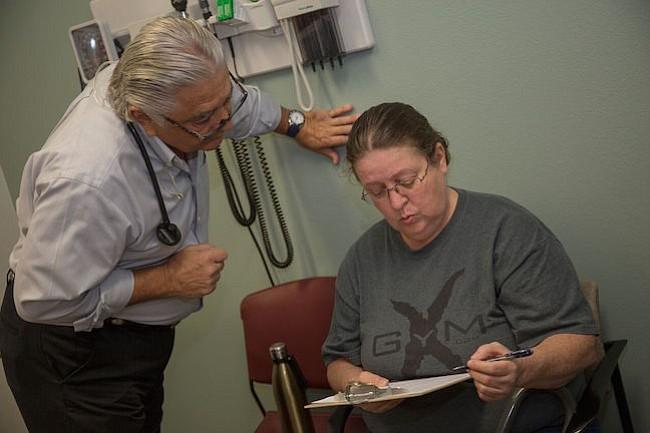 Vuelve del retiro para ayudar a luchar contra la hepatitis C