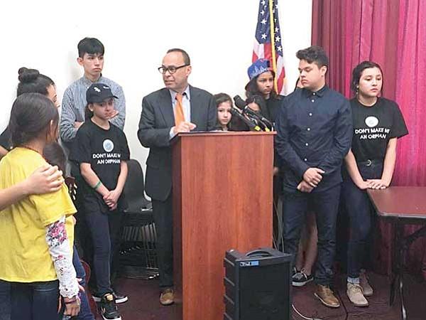 Niños con padres deportados demandan a Trump