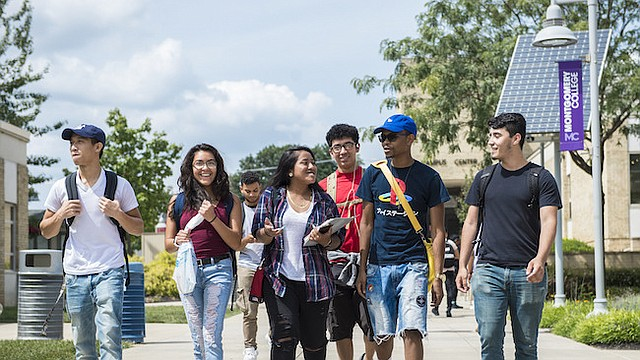 Aunque un estudiante indocumentado debe pagar matrícula internacional, existen ayudas económicas disponibles