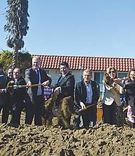 Miembros de la comunidad y funcionarios levantaron la primera palada de tierra anunciando el arranque de la obra. Foto: Horacio Rentería/El Latino San Diego.
