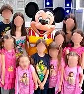 Más allá de ser una familia numerosa, los Turpin parecían normales, como se ve en esta imagen en Disneyland