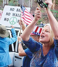 Ellen Montanari, la dirigente de protestas ante las oficinas de Issa durante más de un año, celebra el anuncio de que el congresista prefiere no volver a buscar el cargo.