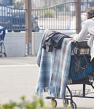 Las personas sin techo utilizan el carrito de mandado como 'su casa'.