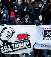La pancarta fue desplegada la semana pasada en Davos