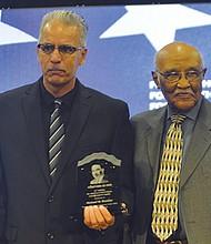 """MIichael Brunker, director ejecutivo de Jackie Robinson Family YMCA  del Condado de SD recibió el reconocimiento """"Hunan Dignity Award"""". Le acompaña Dee Sanford, responsable de la organización del Desayuno en honor de MLK."""