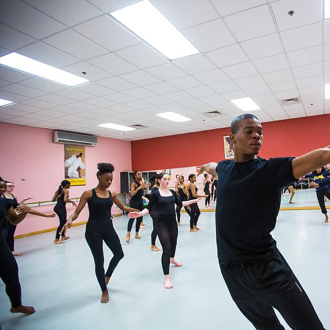 Solomon Dumas, de Chicago, comenzó a bailar en Alvin Ailey Dance Company en 2016.