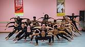 Desde hace algunos años, ya es tradición que tres bailarines de Alvin Ailey hacen una visita anual a Boston Arts Academy para interactuar con los estudiantes de danza de High School y ofrecer una clase. En esta foto, los instructores posan en la última fila: Solomon Dumas, Belén Pereyra y Chalvar Monteiro.