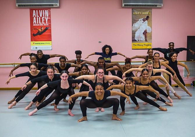 Bailarines de Alvin Ailey dieron una clase especial a estudiantes de Boston Arts Academy