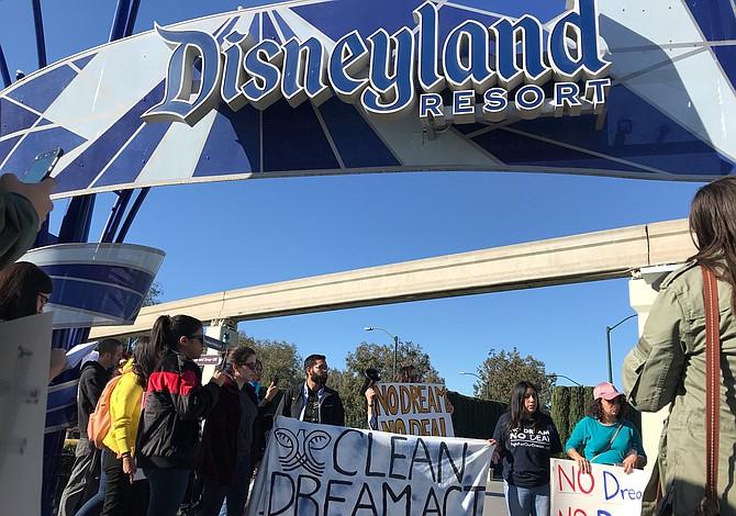 PROTESTA: Dreamers bloquean la entrada a Disneyland