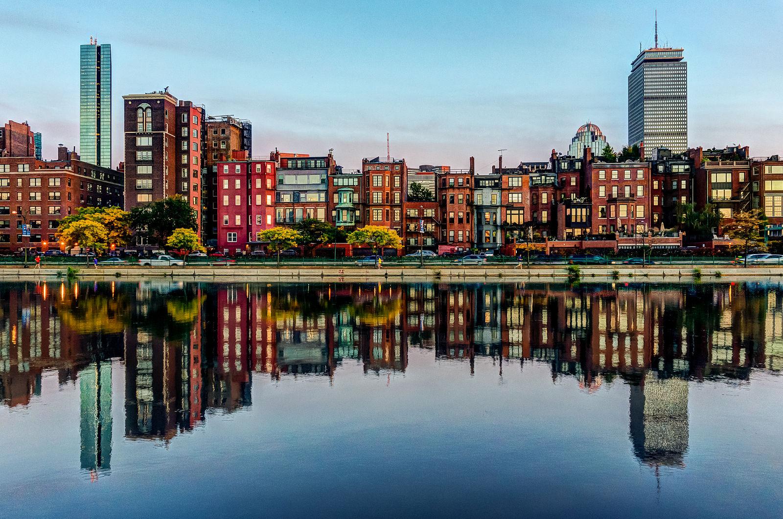 Casas y edificios del vecindario bostoniano Back Bay, reflejadas en el Charles River