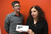 Adrian Lowe (izq.), abogado en el AIDS Law Project de Pennsylvania, y Ronda Goldfein, abogada y directora ejecutiva del AIDS Law Project, presentaron una demanda colectiva en contra de Aetna por violación a la privacidad.