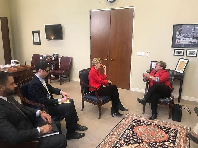 JUNTAS. María Meléndez (der.) con la Senadora Elizabeth Warren.