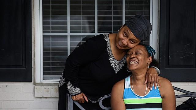 Jean Moore (izquierda) comparte una risa con su hermana, Ruby Wilson, frente al centro de vida asistida donde vive Wilson el 12 de octubre de 2017, en Clinton, N.C.