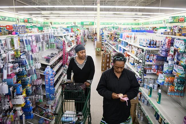 Jean Moore (izquierda) lleva a su hermana de compras a una tienda de Dollar Tree el 12 de octubre de 2017, en Clinton, N.C.
