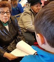 Los abuelitos visualizaron las historietas escritas por los estudiantes, mientras les preguntaban sobre sus experiencias.
