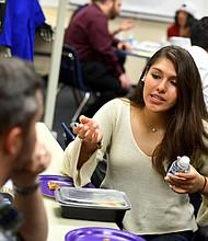 Nicolle Uria, de 17 años, que fue traída a los EE.UU. por sus padres cuando tenía un año, habla sobre sus aspiraciones universitarias con Steve Roney, mentor del Dream Project en Arlington Community High School el 11 de octubre de 2017. Su estado DACA expirará en septiembre próximo, dejando su futuro en duda.