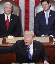 """El presidente estadounidense Donald Trump pronuncia el martes 30 de enero de 2018, su discurso sobre el Estado de la Unión ante el Congreso acompañado por el vicepresidente Mike Pence (i) y el presidente de la Cámara de Representantes Paul Ryan (d), en Washington (Estados Unidos). Trump, defendió hoy el """"extraordinario éxito"""" que ha logrado desde que llegó al poder hace un año, y argumentó que lo hizo con """"la idea muy clara y la misión honrada"""" de """"hacer a EE.UU. grande de nuevo"""". Este es el primer discurso del Estado de la Unión emitido por el presidente de los Estados Unidos, y su segundo discurso de sesión conjunta ante el Congreso."""