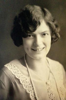 La autora recibió su nombre por su abuela italiana, Gisella D'Appollonia, pero, según dos pruebas de ADN para determinar la ascendencia, no recibió muchos genes.