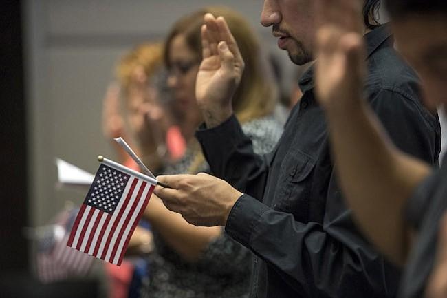 Arlington: Donación anónima ayudará a inmigrantes con costo de trámite de ciudadanía
