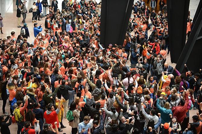 Foto de una manifestación en noviembre de 2017 en la que cientos de estudiantes y activistas marcharon hasta Capitol Hill para pedir una ley DACA limpia. FOTO: Astrid Riecken —The Washington Post.