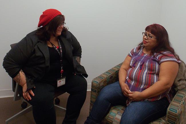 Fanny Ortiz (derecha), quien abandonó un matrimonio abusivo hace una década, se encuentra cada semana con la terapeuta Brittany Martínez en el Centro para Mujeres del Este de Los Ángeles. La oficina está ubicada en el campus de Los Ángeles-USC Medical Center.